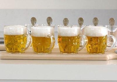 Bierglazen op plank/dienblad