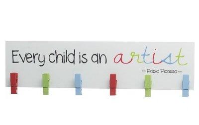 Wanddecoratie met knijpertjes   Every Child is an artist!